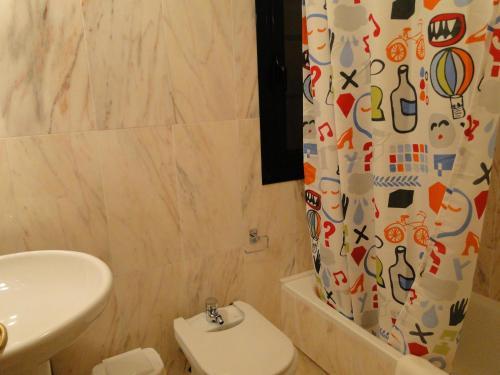 Un baño de Apartamentos El Pinedo