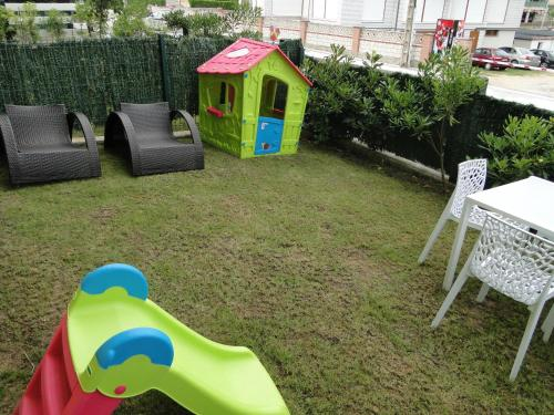 Zona de juegos infantil en Apartamentos El Pinedo