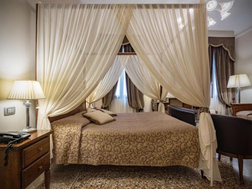 Letto o letti in una camera di Hotel Dell'Opera