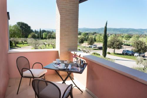 A balcony or terrace at Valle di Assisi Hotel & Spa