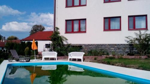 Bazén v ubytování Vila FILIP nebo v jeho okolí