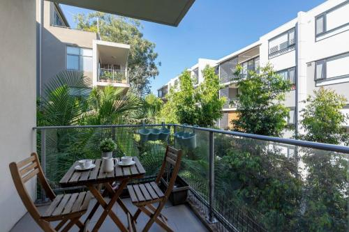 A balcony or terrace at Peaceful apt 20mins to CBD