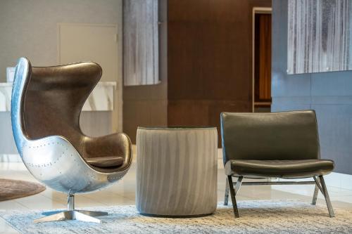A seating area at Miyako Hotel Los Angeles