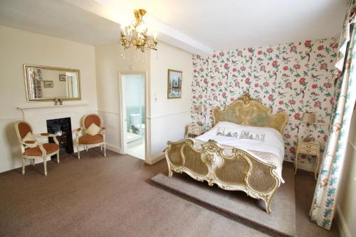 A bed or beds in a room at Calcutts House