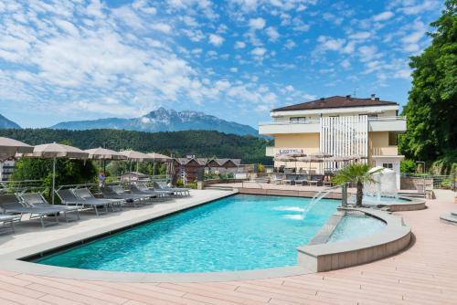 Der Swimmingpool an oder in der Nähe von Hotel Ambassador