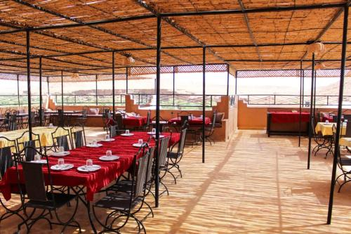 A restaurant or other place to eat at La Rose De Sable