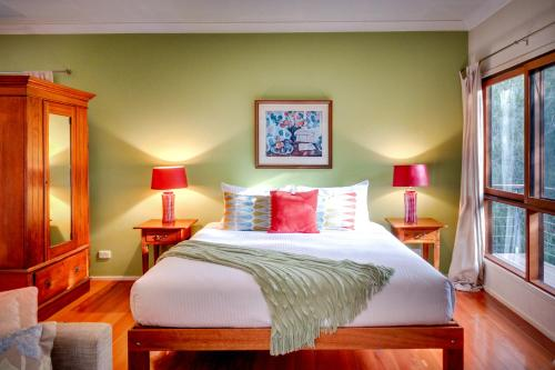 A bed or beds in a room at Billabong Moon