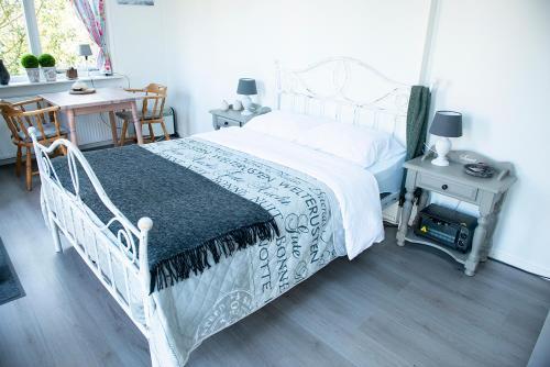 Een bed of bedden in een kamer bij Studio Stee van Ypey
