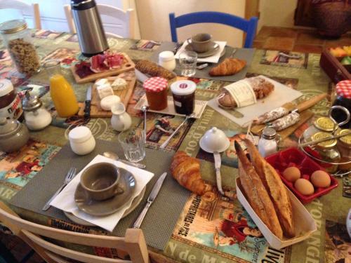 Breakfast options available to guests at La maison du bonheur