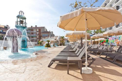 The swimming pool at or near Hotel Pineda Splash