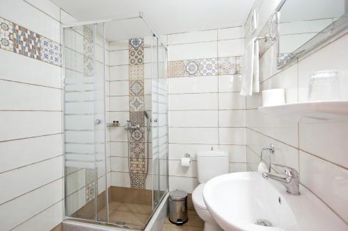 A bathroom at Hotel Athina
