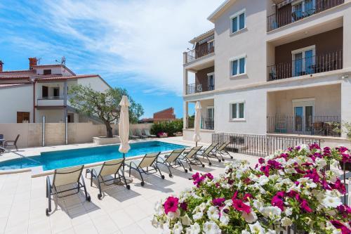Der Swimmingpool an oder in der Nähe von Apartments Villa Nina