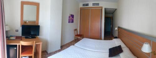 A bed or beds in a room at Hotel La Familia