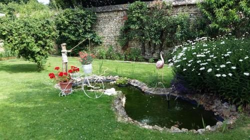 A garden outside Gîte maison de vacances La Chtite Normande