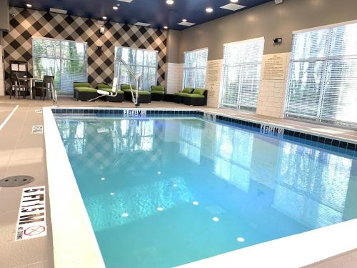 The swimming pool at or close to Hampton Inn & Suites Ocean City West