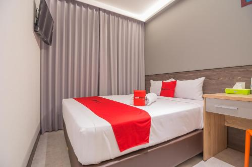 A bed or beds in a room at RedDoorz near Taman Rejomulyo