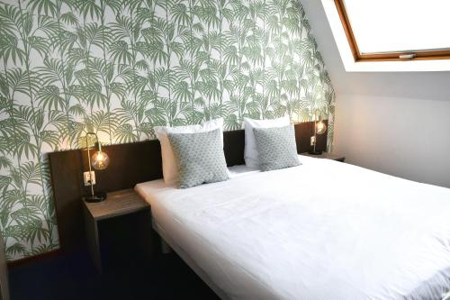 A bed or beds in a room at Hotel Sebel