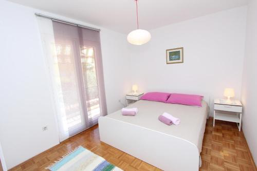 A bed or beds in a room at Apartments Cocaletto