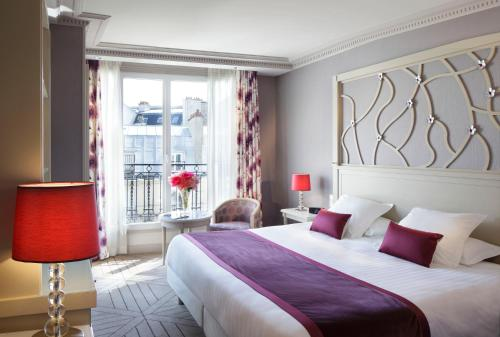A bed or beds in a room at Rochester Champs Elysees