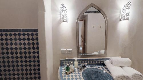 A bathroom at Riad Lamzia