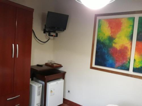 A television and/or entertainment center at Pousada Refugio Comodo