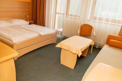 A bed or beds in a room at Hotel Boboty