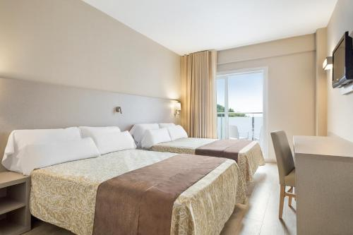 A bed or beds in a room at Hotel Best Cap Salou