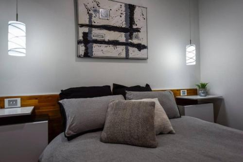 A bed or beds in a room at BENGALEE EXECUTIVE TOWNHOUSE- MODERN & STYLISH