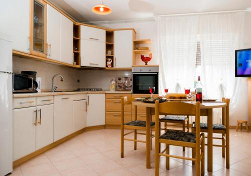 A kitchen or kitchenette at Apartment Dora