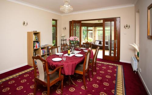 A restaurant or other place to eat at Lisburn Serviced Accommodation