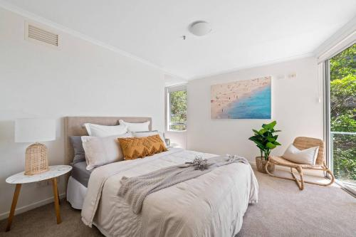 A bed or beds in a room at Luxury Waterfront Maroochydore Free Wine Netflix Parking