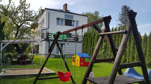 Plac zabaw dla dzieci w obiekcie Agroturystyka Bliźniaczek
