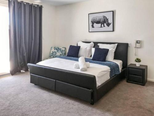 A bed or beds in a room at 3 Bedroom Executive Townhouse WIFI & Netflix