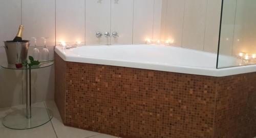 A bathroom at Hotel Cavalier