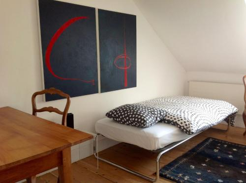 A bed or beds in a room at Artistshouse Bed and Apartment