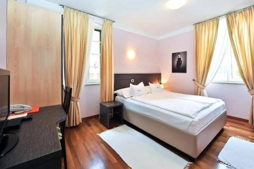 A bed or beds in a room at Villa Hresc