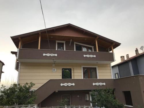 البناء الذي يحتوي الشقة
