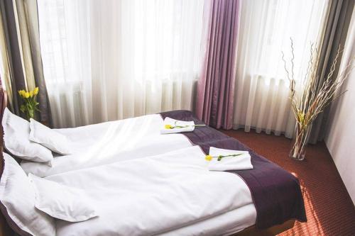 Łóżko lub łóżka w pokoju w obiekcie Hotel Litwiński