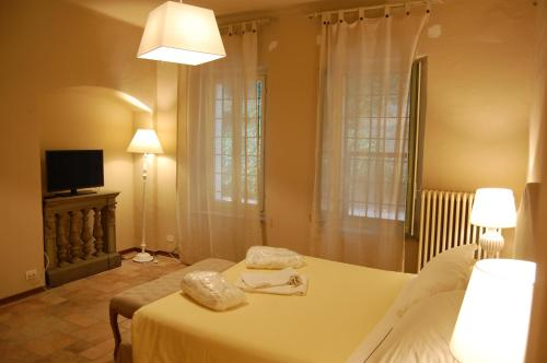 A bed or beds in a room at Le Serre Suites & Apartments