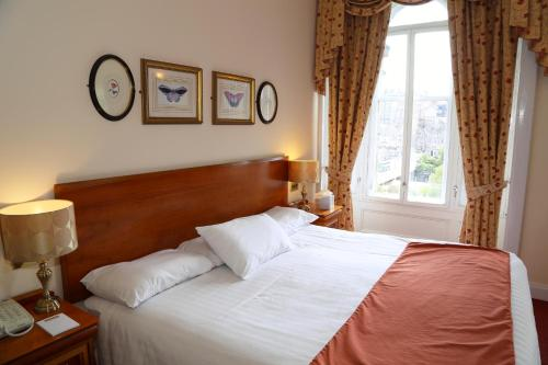 A bed or beds in a room at Old Waverley Hotel
