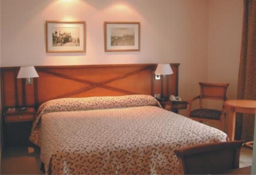Una cama o camas en una habitación de Elegance Hotel