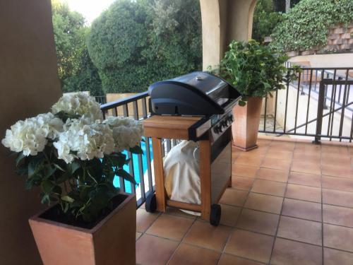 Barbecue disponible mis à disposition des clients de la villa