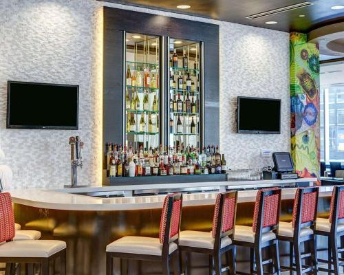 The lounge or bar area at Cambria Hotel White Plains - Downtown