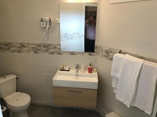 Un baño de HÔTEL LES IRIS