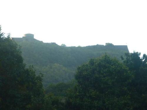 Vista generica sulle montagne o vista sulle montagne dall'interno dell'affittacamere