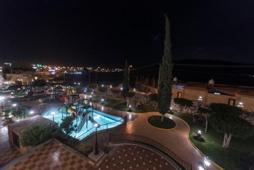 منظر المسبح في Al-Hadaig Al-Sabaah Resort او بالجوار