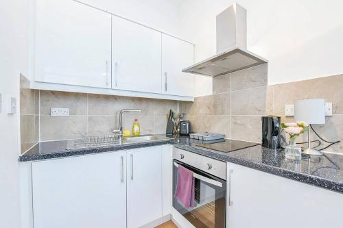 A kitchen or kitchenette at Very Spacious Flat For 4 People In Camden