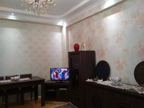 Uma TV ou centro de entretenimento em Apartment near Khatai