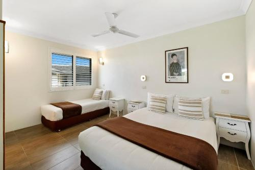 A bed or beds in a room at Smugglers On The Beach
