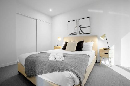 A bed or beds in a room at Dream place in heart of Mel@RMIT